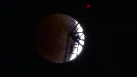 皆既月食とスカイツリーの連続写真2011.12.10
